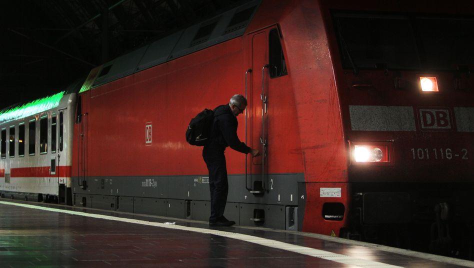 Feierabend: Ein Lokführer schließt in Frankfurt am Main seinen Zug ab