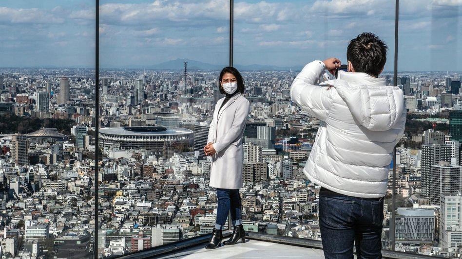 Touristen in Tokio auf einer Aussichtsplattform mit Blick zum Nationalstadion: Gigantischer Superspreader