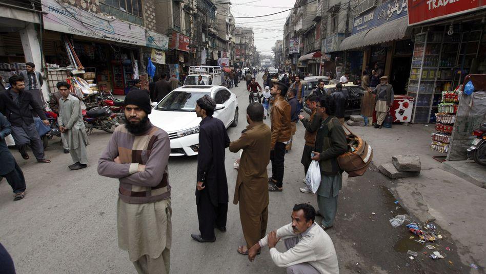 Menschen nach Erdbeben in Rawalpindi (Pakistan)
