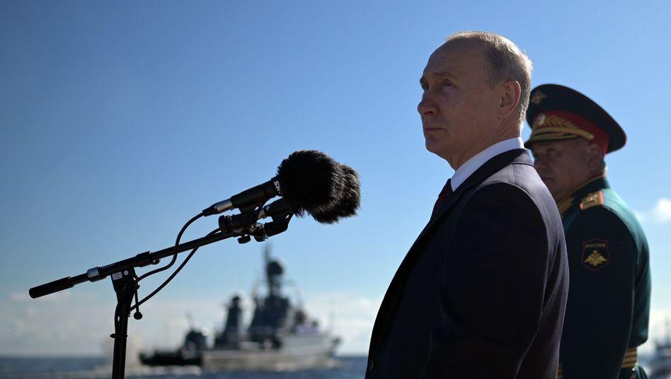 Präsident Putin, Verteidigungsminister Schoigubei Marineparade am Sonntag: 40 neue Schiffe in diesem Jahr