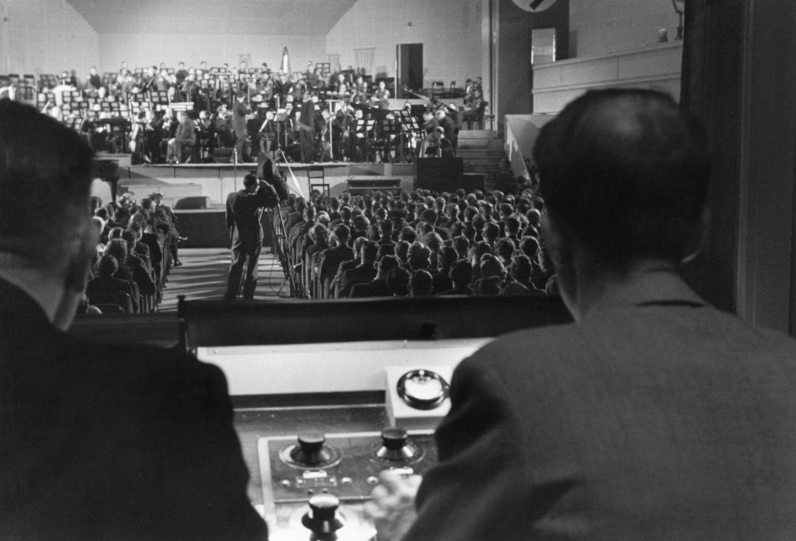 Beim Wunschkonzert für die Wehrmacht unter der Leitung von Heinz Goedecke im Großen Sendesaal im Haus des Rundfunks in Berlin