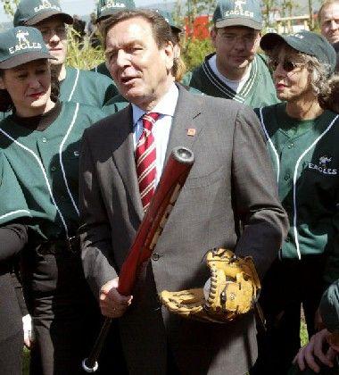 """Am Rande der Kundgebung posiert der Kanzler mit den """"Eagles"""", dem Baseball-Verein von Neu-Anspach"""