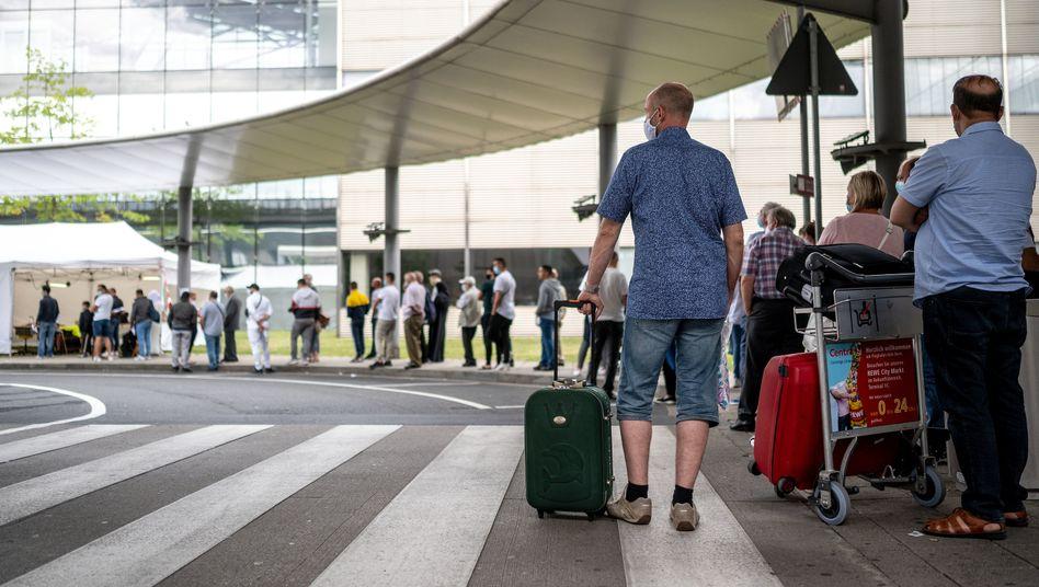 Reisende warten am Flughafen Köln/Bonn auf einen Corona-Test