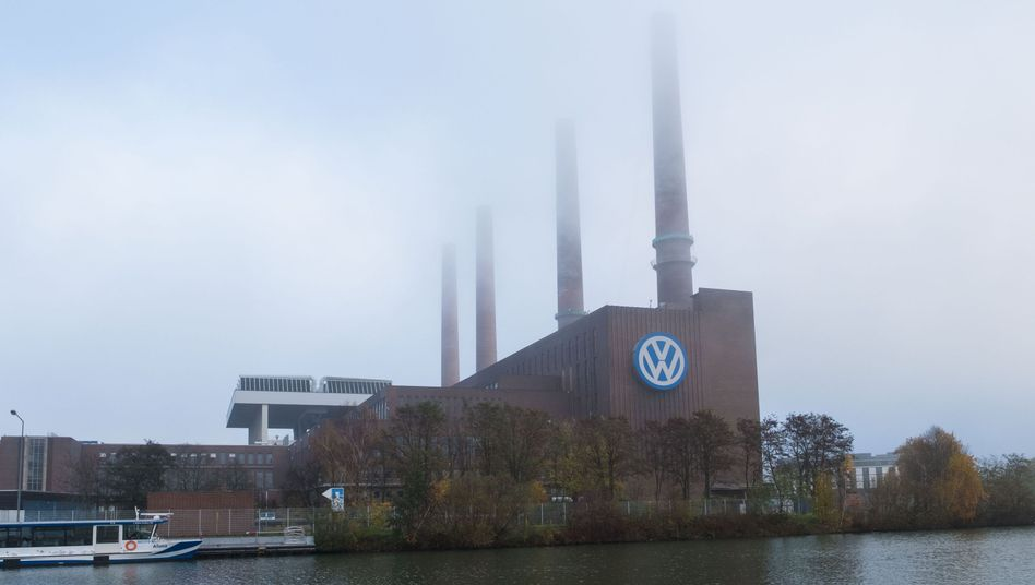 Schornsteine des Volkswagen-Werkes in Wolfsburg