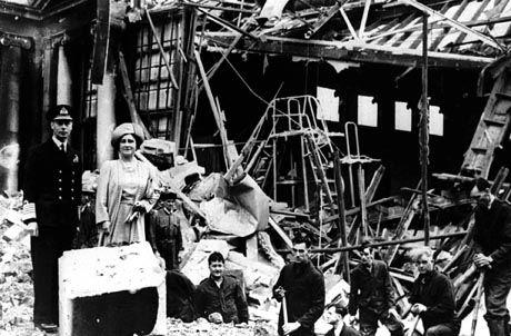 """König George VI, Queen Mum (1940) im zerbombten London: """"Jetzt können wir wenigstens den Leuten im East End in die Augen schauen"""""""