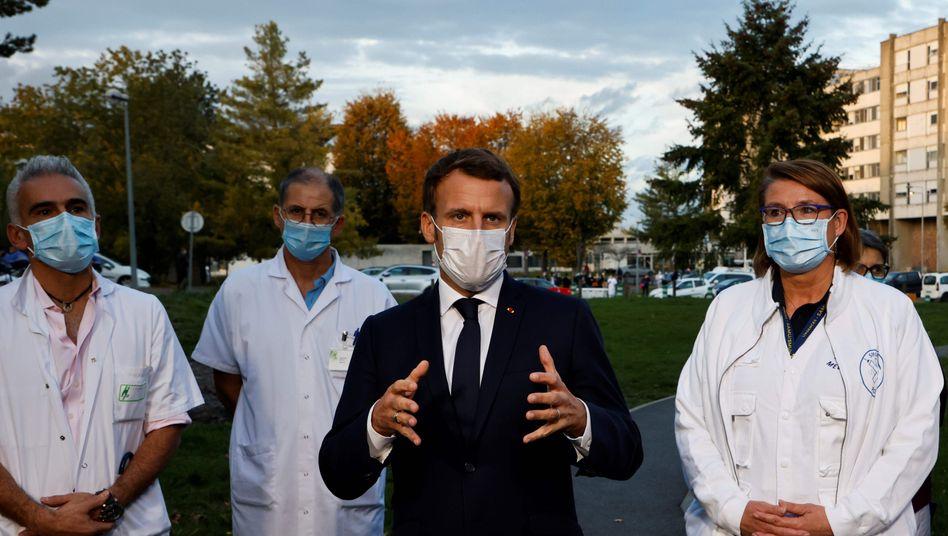 Emmanuel Macron besuchte vor wenigen Tagen ein Krankenhaus, am Mittwoch will er wohl neue Corona-Regeln verkünden