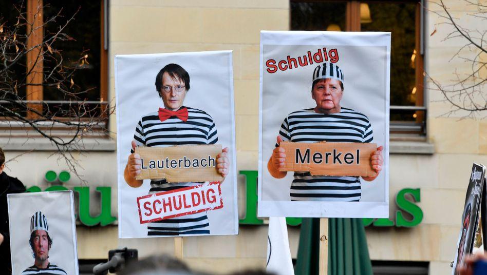 Protestplakate bei Demonstration im November in Berlin