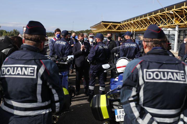 Macron mit Beamten an der Grenze: Die Zahl der Beamten an den Grenzen wird verdoppelt