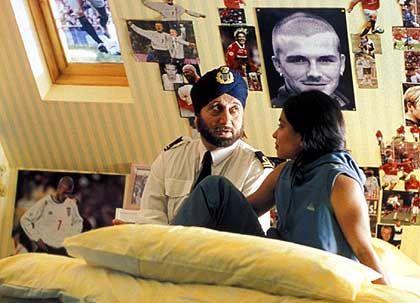 Kulturelle Kluft: Jess (Parminder Nagra) unterhält sich mit ihrem Vater (Anupam Kher) über Sport
