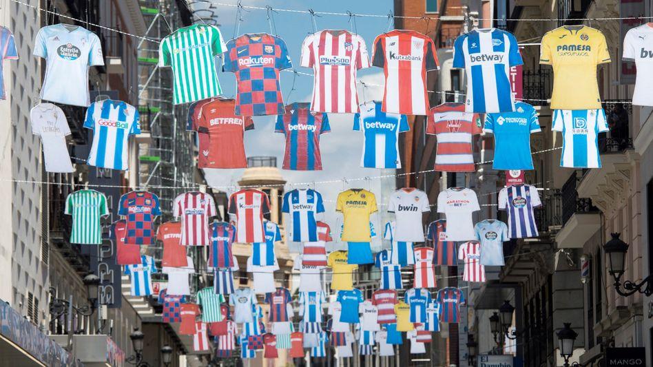 Trikots wehen in Madrid - der spanische Fußball pausiert seit drei Monaten.
