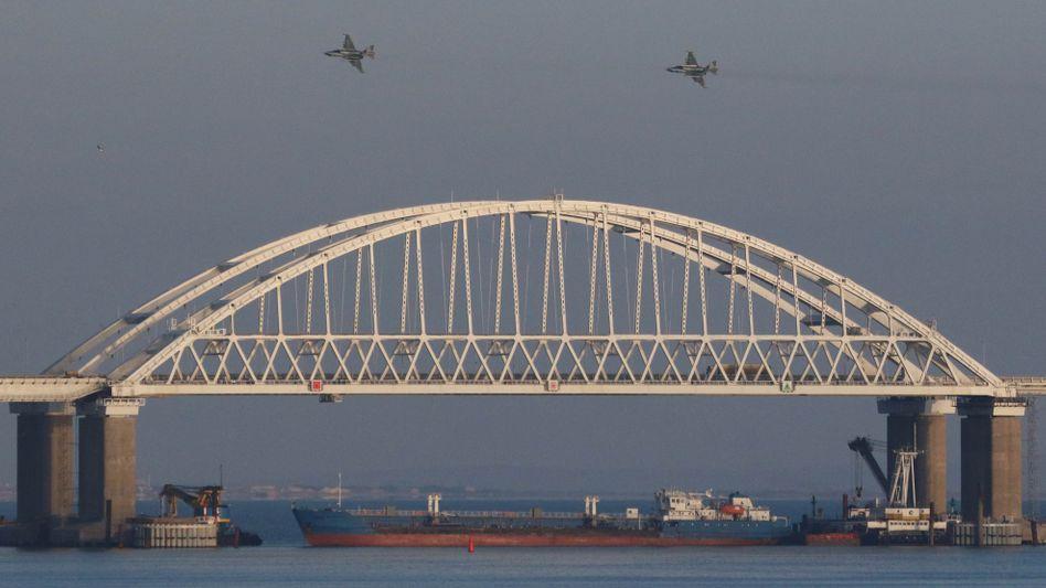 Frachtschiff unter der Brücke zur Halbinsel Krim