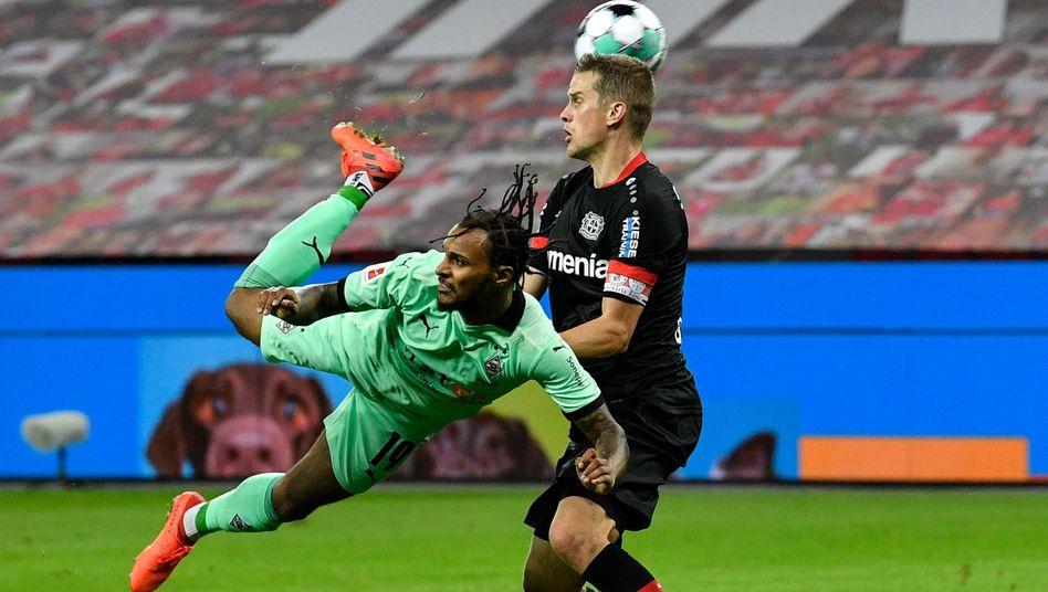 Jubelnde Leverkusener: Punktgleich mit Dortmund