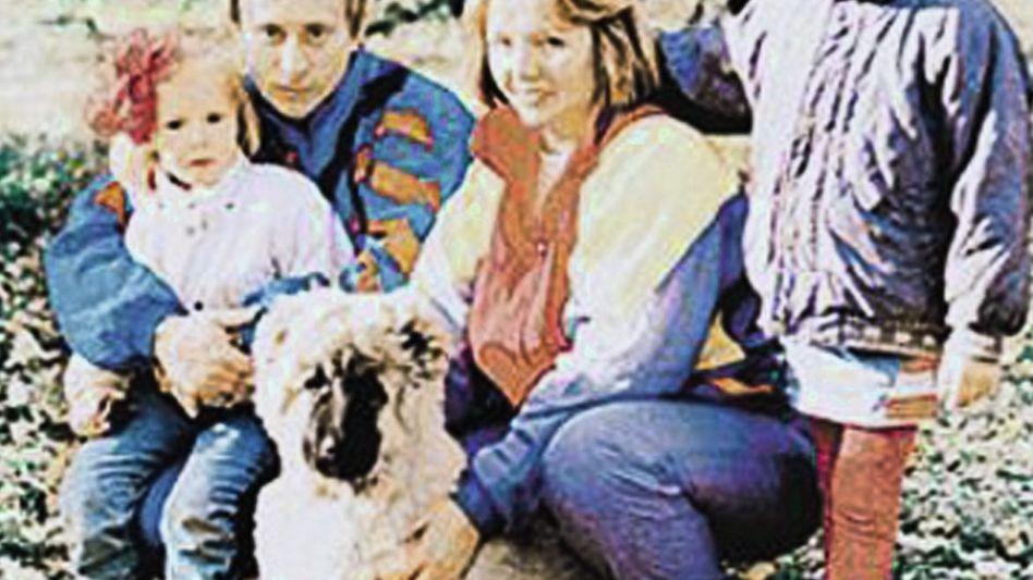 Putin mit Ehefrau Ljudmila und Töchtern, 1988/89