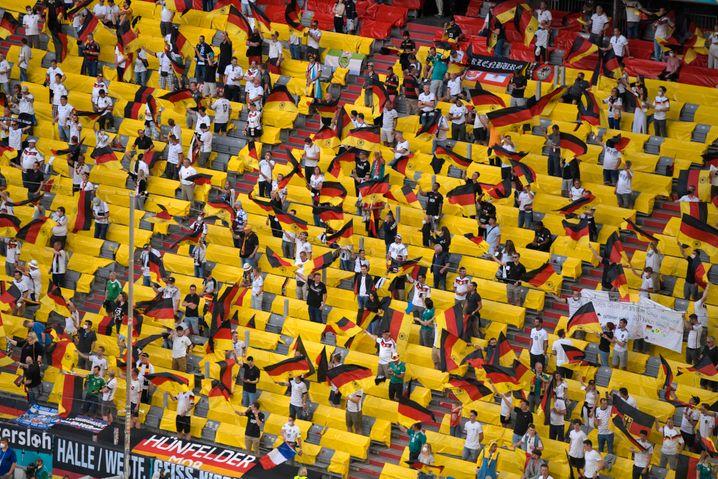 Zuschauer in der Münchner Allianz Arena beim EM-Spiel Deutschland gegen Frankreich