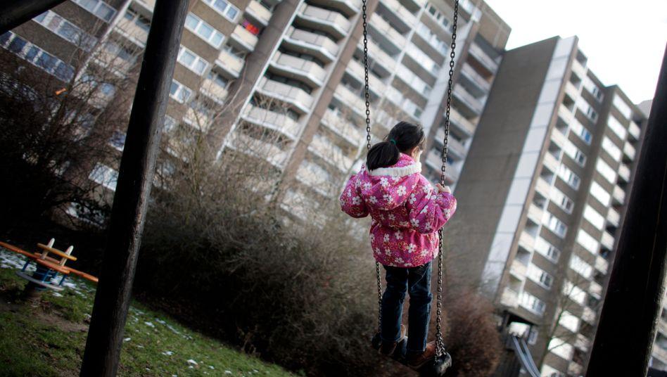 Hochhaussiedlung in Meschenich bei Köln (Archivbild): Kinderarmut bleibt ein Thema, aber immerhin hält der Positivtrend an