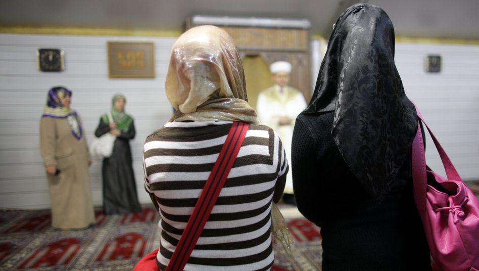 Imam mit Zuhörern in Köln (Archivbild): Radikalisierung verhindern – aber wie?