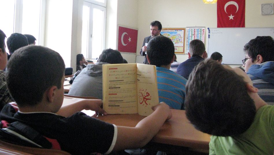 """Schüler in einer Koranschule (in Mannheim): """"Assimilation der Kinder in europäische Kulturen"""""""
