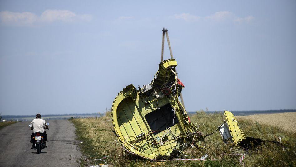 Trümmerteil von Flug MH17 am Straßenrand: Keine belastbaren Zahlen über geborgene Opfer