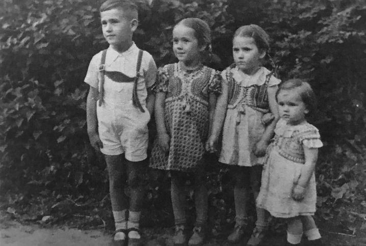 """Die """"wägnerische Viererbande"""": Peter Wägner mit seinen Schwestern Annelise, Hanna und Marlen"""
