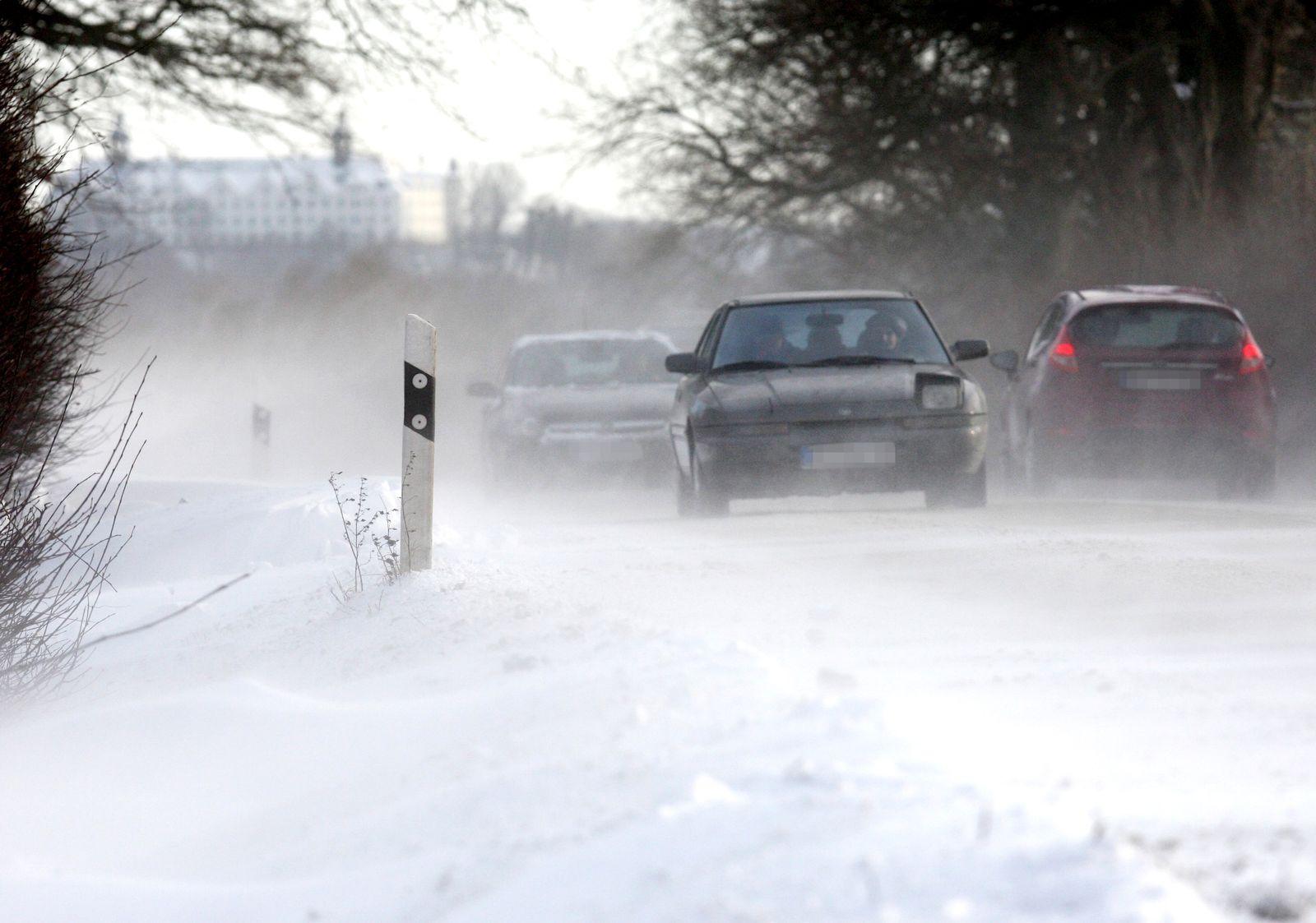 Auto-Verkehr / Winter / Schnee