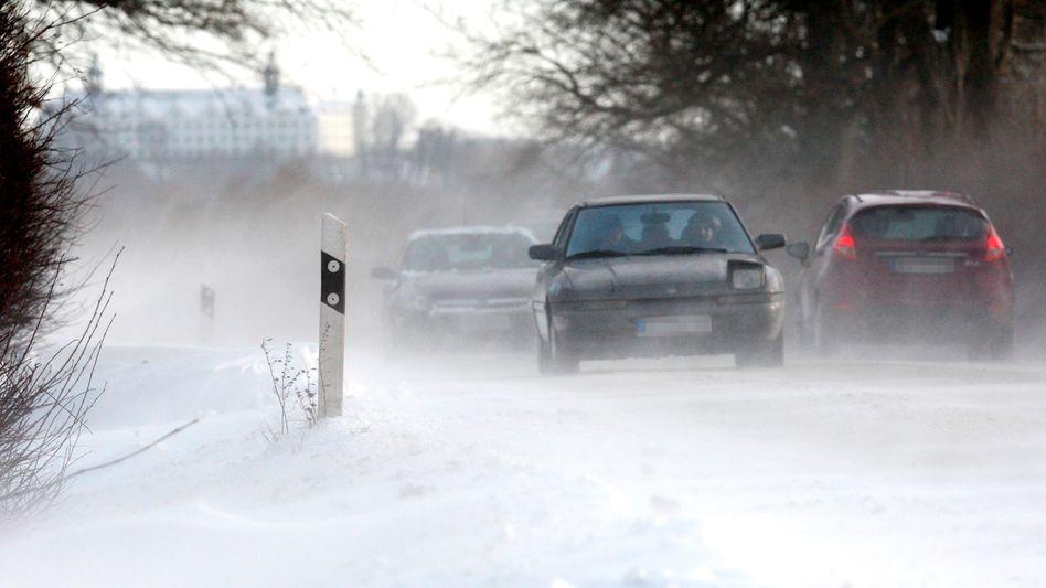 Schneewehen bei Plön: Winterliche Verhältnisse behindern den Straßenverkehr
