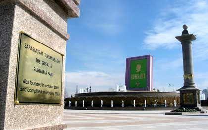 Turkmenistan: Statue für das Buch des Despoten