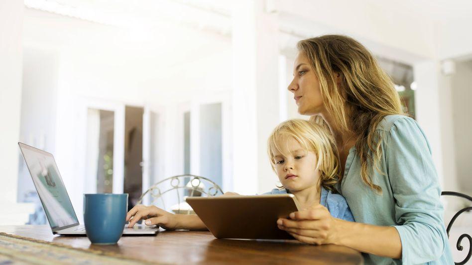 Mutter mit Kind im Homeoffice (Symbolbild)