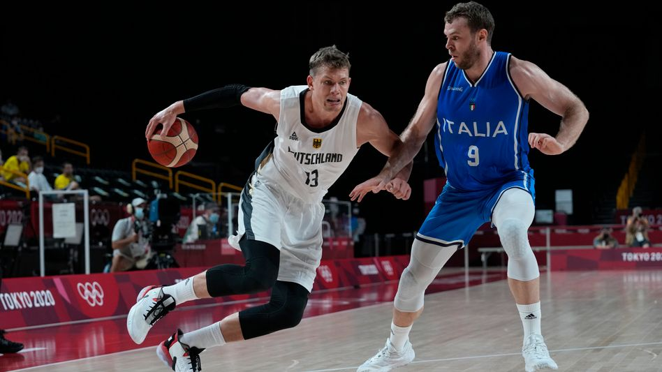 NBA-Profi Moritz Wagner (l.) im Duell mit Italiens Nicolo Melli