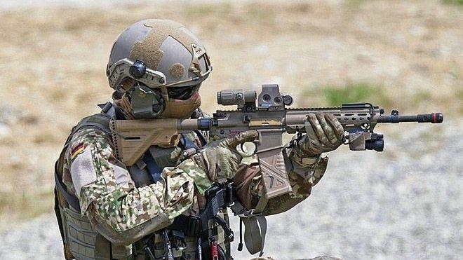 KSK-Soldat der Bundeswehr mit Sturmgewehr G95K