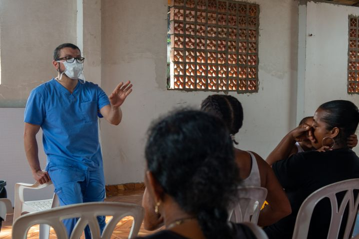 Arzt Camilo Pietro während seiner Hilfstour im kolumbianischen Regenwald