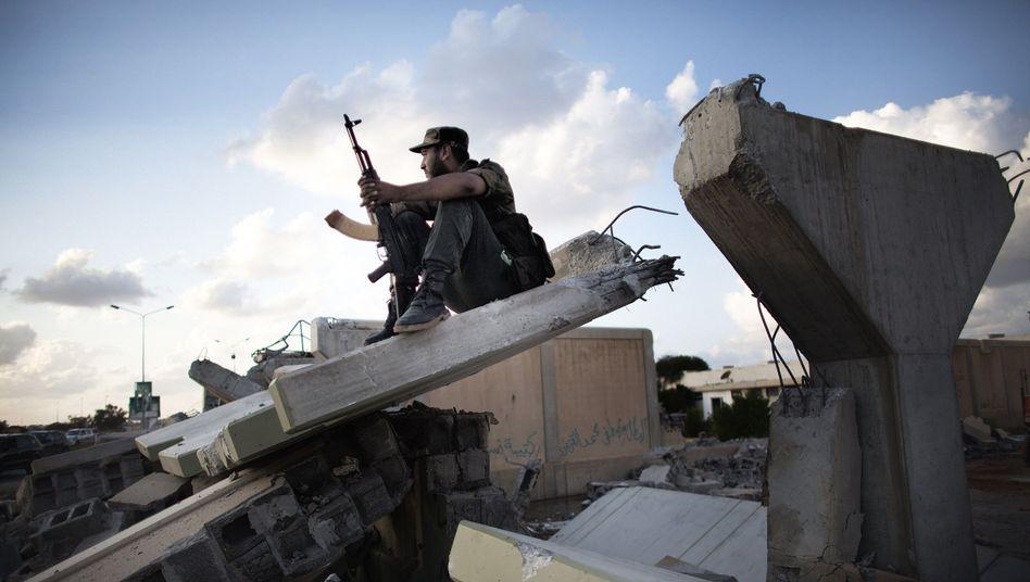 Libyscher Rebellenkämpfer (im August): Dutzende G-36-Gewehre in Kaserne entdeckt