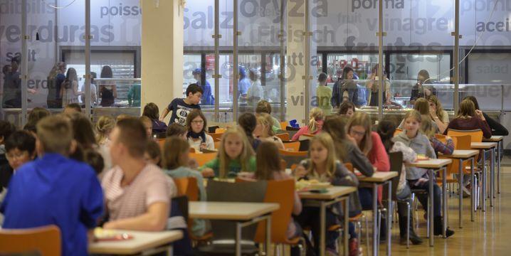 Häufig passen nicht alle Schüler in eine Kantine, sie essen deshalb in Schichten