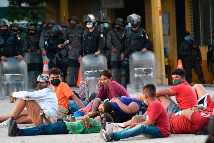Harte Hand: Guatemalas Präsident ließ Tausende Honduraner verhaften und zurückbringen