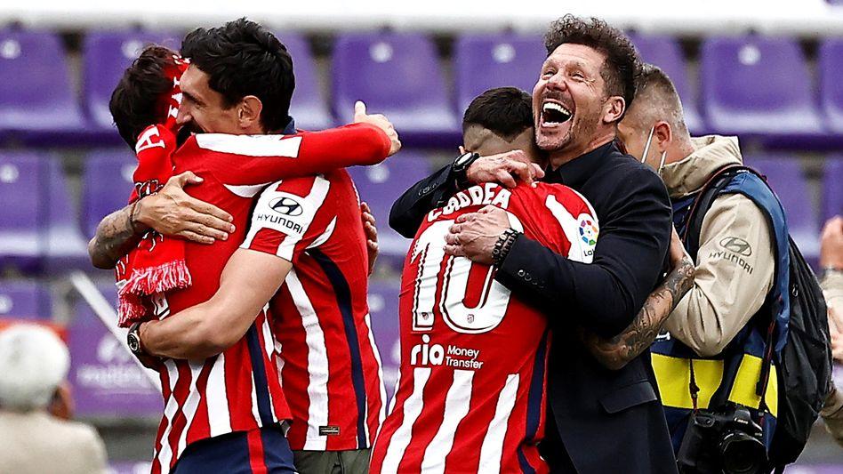 Trainer Diego Simeone feiert mit seinen Spielern die Meisterschaft