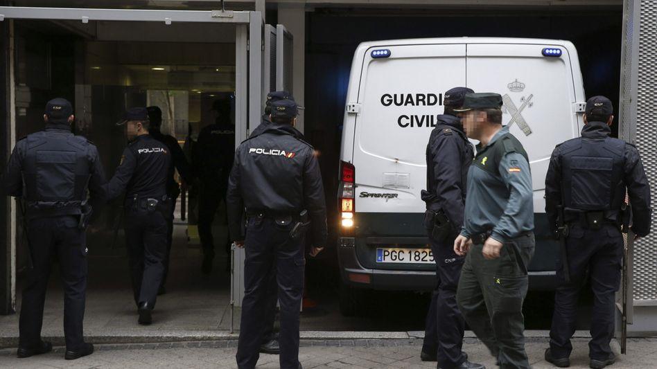 Die spanische Polizei transportiert elf mutmaßliche Dschihadisten ab: Enthauptungen und Angriffe geplant