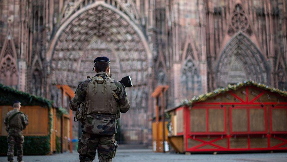 Soldaten patrouillieren nahe dem Straßburger Weihnachtsmarkt