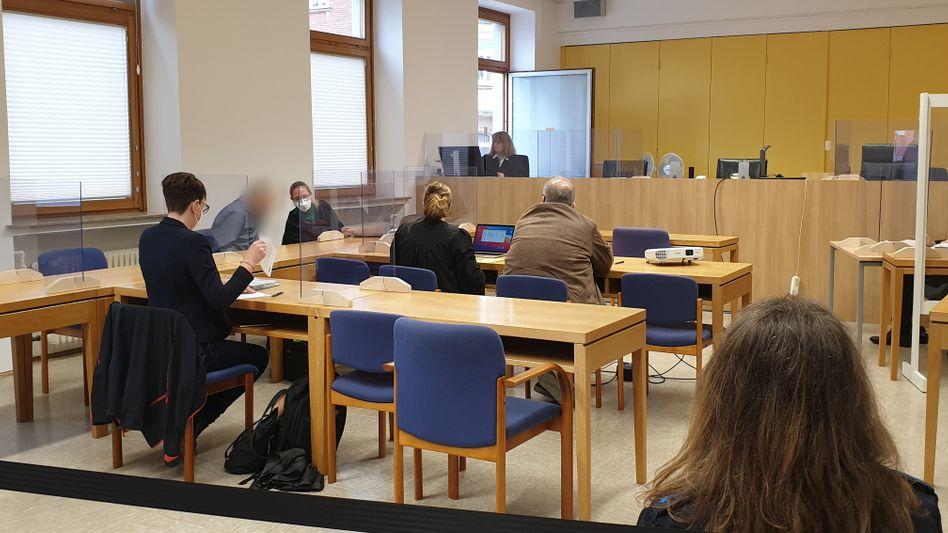 Der Angeklagte (zweiter von links) sitzt neben seiner Rechtsanwältin (Archiv)