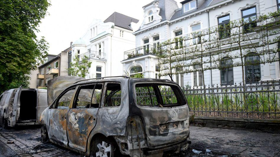 Ausgebrannte Autos am Freitag im Hamburger Stadtteil Ottensen