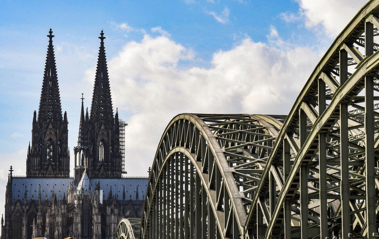 Koelner Dom, Hohenzollernbruecke ,Wahrzeichen er Rheinmetropole,und Weltkulturerbe. Die katholische Kirche tut sich schw