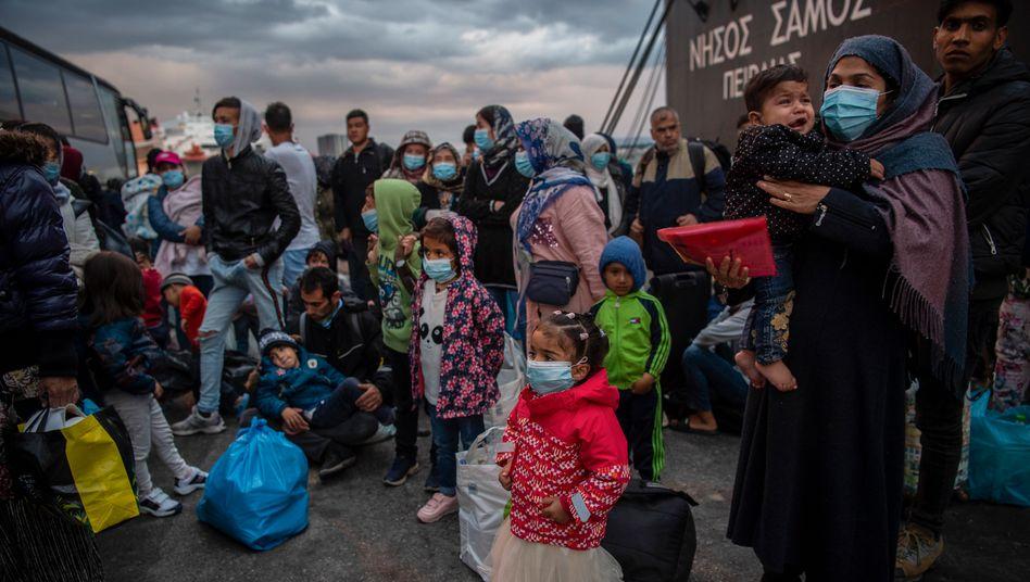 Geflüchtete aus dem Camp Moria kommen im Mai im Hafen von Piräus an