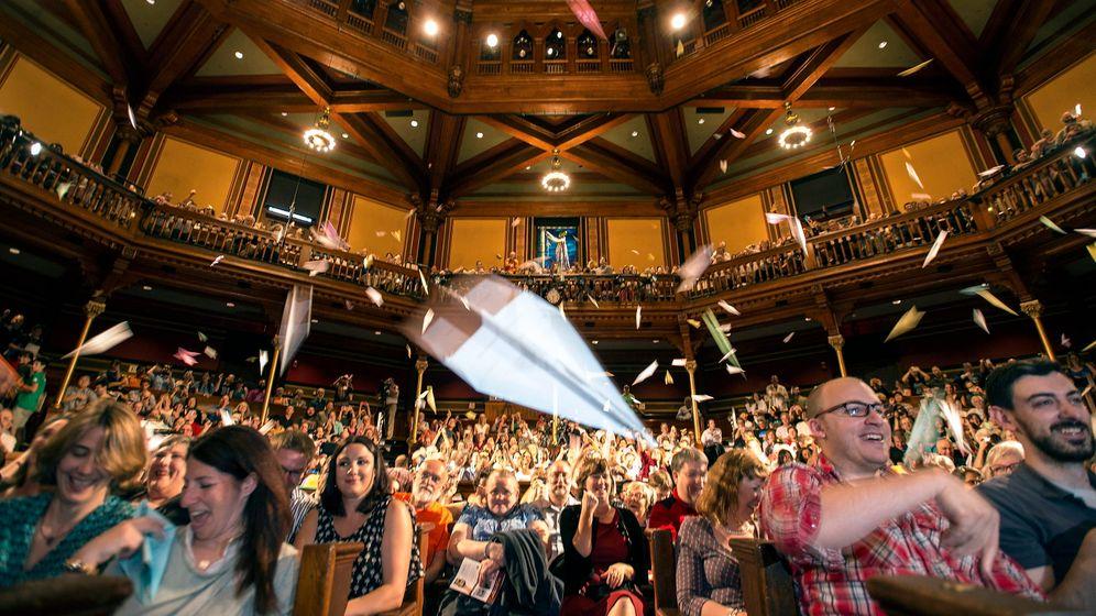 Ig-Nobelpreis-Feier 2015: Papierflieger und Küsse im Publikum