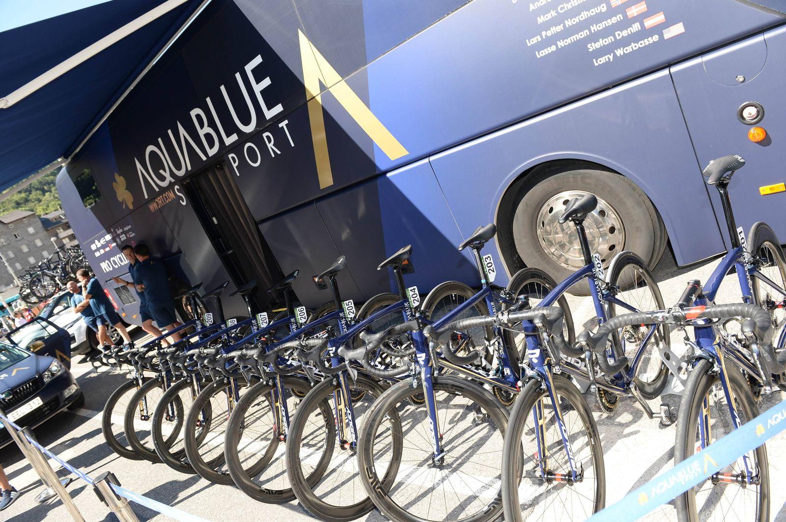 EINMALIGE VERWENDUNG Vuelta / Teambus Aqua blue sports
