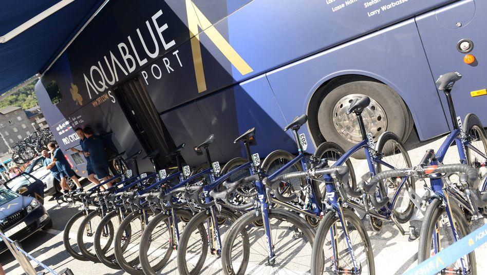 Fahrräder vor dem Teambus von Aqua Blue Sport (Archivbild)