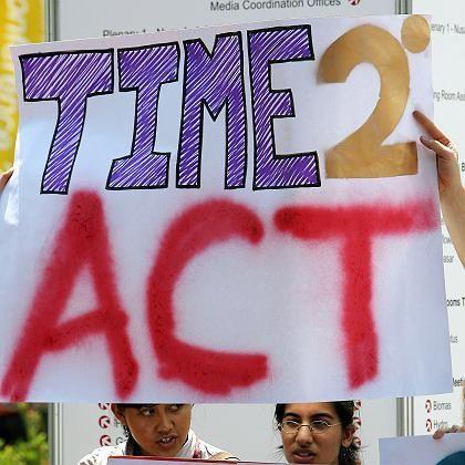 """Demonstranten vor dem Tagungsort auf Bali: """"Zeit zu handeln"""""""