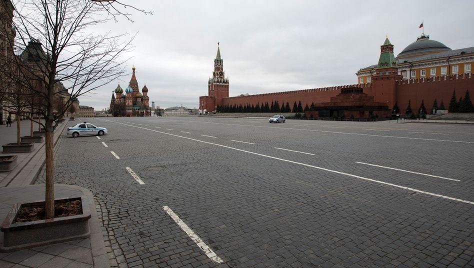 Polizeiautos stehen auf dem ansonsten menschenleeren Roten Platz in Moskau