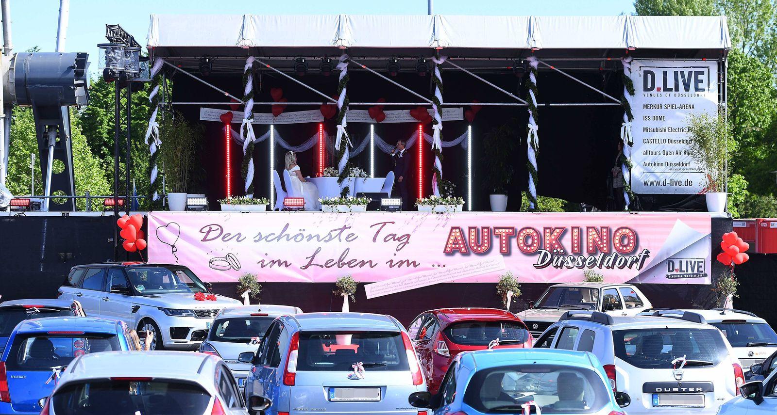 Coronavirus - Hochzeit im Autokino 05.05.2020, Nordrhein-Westfalen, Düsseldorf: Das Brautpaar Janine und Philip Scholz m