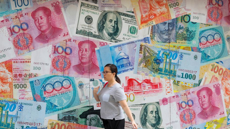 Geldflut von ganz oben: Passantin vor einer Wechselstube in Hongkong