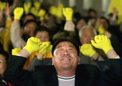 Anhänger der Uri-Partei in Seoul: Truppenaufstockung noch angemessen?