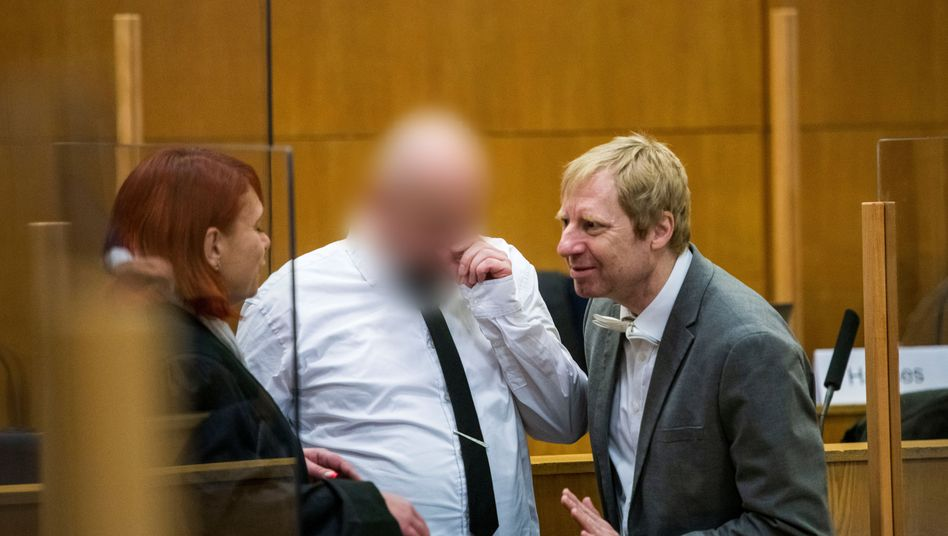 Angeklagter Markus H. mit seiner Anwältin Nicole Schneiders (l.) und seinem Anwalt Björn Clemens (r.)