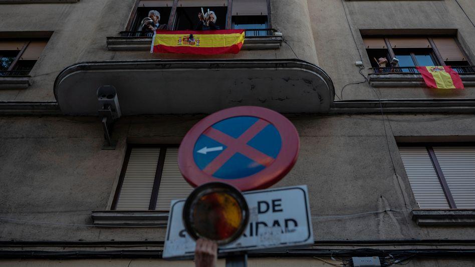 Menschen in Madrid nehmen an Protesten gegen die von der Regierung verhängten Ausgangsbeschränkungen teil